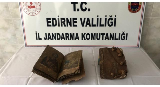 Otomobilde 500 yıllık 2 el yazması İncil ele geçirildi