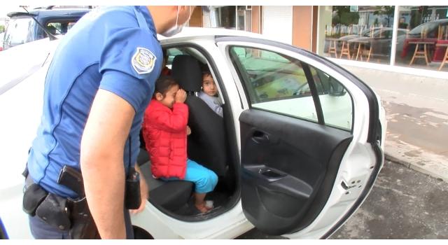 Otomobilde bırakılan ve korkudan ağlayan çocukları polis sakinleştirdi