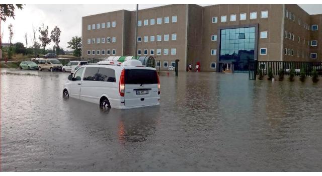 Çerkezköy'de sağanak; yollar göle döndü