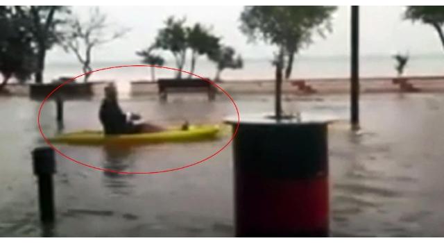 Şarköy'de bir kişi, suyla kaplı caddede kanoyla gezdi