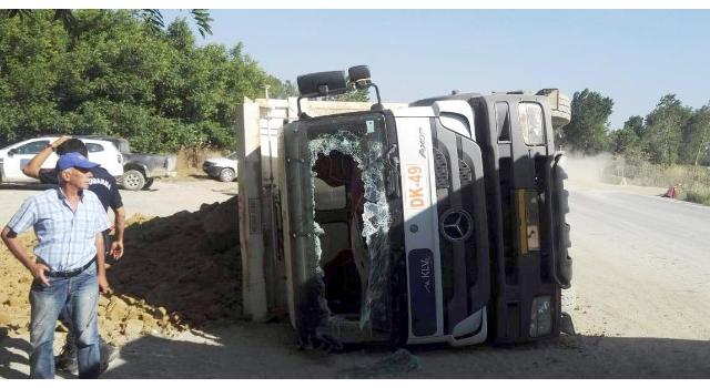 Malkara'da toprak yüklü kamyon devrildi: 1 yaralı