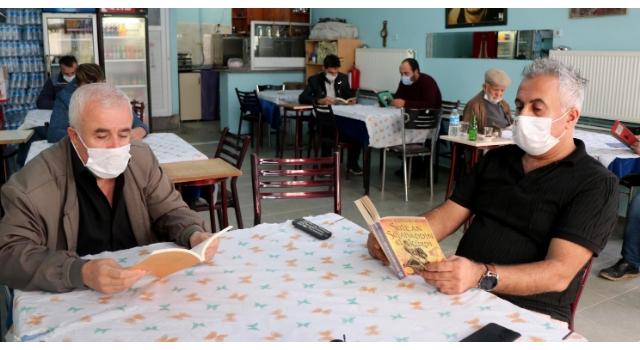 Muhtardan pandemi döneminde kahvede 'kitap okuma' etkinliği