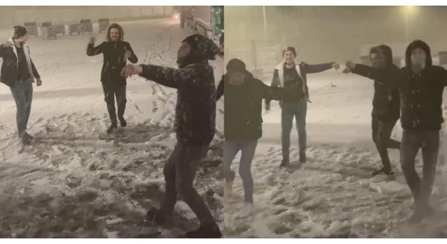 Edirne'de kar yağışını müzik eşliğinde oynayarak kutladılar