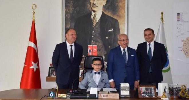 Başkan Kadir Albayrak Başkanlık Makamını Minik Öğrenciye Devretti