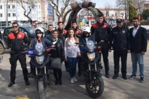 Özel öğrenciler, kask taktı, polis motosikletine bindi