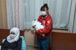 Sınırındaki göç yolculuğunda 'Hazze' bebek doğdu