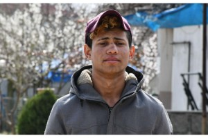 Yunan askeri göçmenin burnunu kırdı, parasını aldı