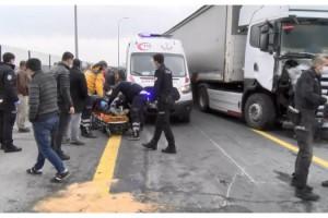 TIR polis aracına çarptı: Yaralılar var!