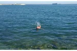 Şarköy'de, sokağa çıkma izninde denize girdi