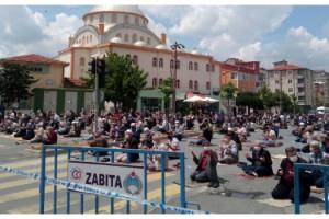 Tekirdağ'da cami avlusuna sığmayan cemaat caddelerde namaz kıldı