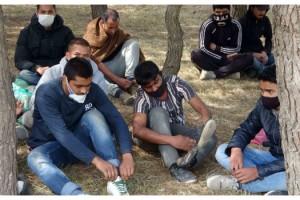 Yunan askerinin şiddet uygulayıp, eşyalarını aldığı göçmenlere, esnaf yardım etti
