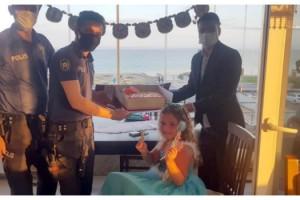 Siren sesinden korkan 6 yaşındaki Yağmur'a polisten doğum günü sürprizi
