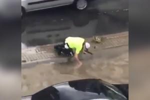 Tıkanan rögarı eliyle açan polis konuştu