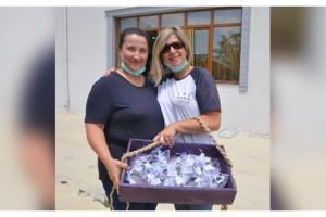 Girişimci kız kardeşler ilk lavanta hasadını muhtarlara dağıttı