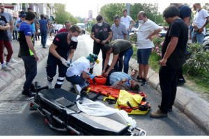 Otomobille çarpışan motosiklet, işletmenin camekanına çarpıp alev aldı