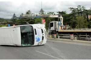 Panelvan minibüs takla attı : 3 yaralı