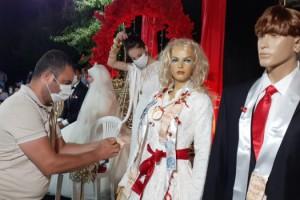 Sokak düğününde de takılar cansız mankenlere takıldı