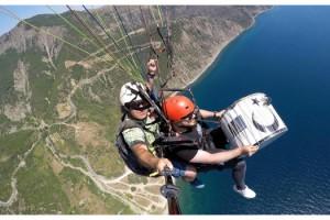 Yamaç paraşütü ile uçarken havada davul çaldı