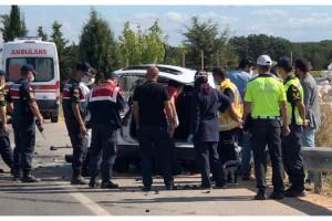 Kırklareli'de hafif ticari araç refüje çarptı: 2 ölü, 2 yaralı