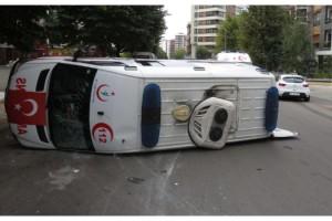 Kadıköy'de ambulans kaza yaptı 4 sağlıkçı yaralandı