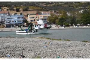 Limanın girişi çakıl taşlarıyla doldu, tekneleri çıkaramıyorlar