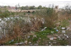 Debisi düşen Tunca Nehri'ndeki çöpler ortaya çıktı