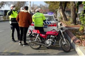 Radar cezasına karşı motosikletin plakasını bantlayarak değiştirmiş