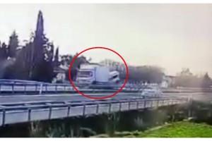 Hafif ticari aracın kamyona arkadan çarptığı kaza, mobesede