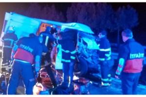 Kaçak göçmenleri taşıyan minibüs TIR'la çarpıştı: 1 ölü, 21 yaralı