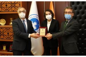 TÜBA ödülü almaya hak kazanan Fettahoğlu'na, Rektör Şengörür'den plaket