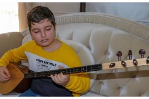 12 yaşındaki Aybars, dededen miras yetenekle bağlama ustası oldu