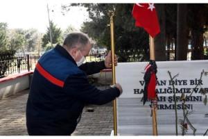 Çorlu Şehitliği'nde çalınan pirinç bayrak direkleri yenilendi
