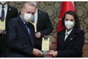 Dr. Kübra Fettahoğlu, ödülünü Cumhurbaşkanı Erdoğan'ın elinden aldı