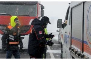 Kar ve soğuk havada yola çıkan TIR sürücülerine, AFAD'dan erzak yardımı