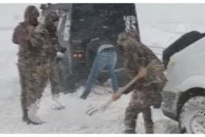 Yolda kalan minibüse özel harekat polisleri yardım etti