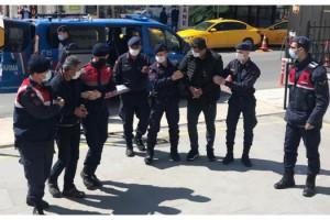 Sivilleri devlet görevlisi gibi gösterip, yurt dışına kaçıranlara operasyon: 2 tutuklama