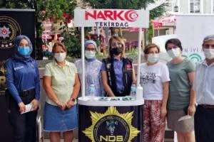 Narkotik polisler, Malkarada annelere broşür dağıttı