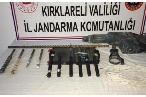Jandarmadan kaçtıkları araçta 6 dinamit lokumu ve kablolar ele geçirildi