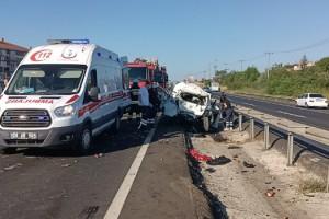 Servis minibüsü, önündeki otomobile çarptı: 2 ölü, 4 yaralı